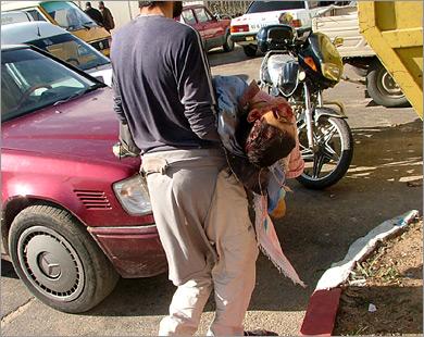 شاب فلسطيني ي�مل طفلا لفظ أنفاسه قبل أن يصل ألى المسشفى