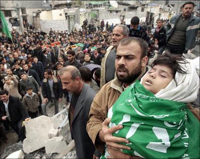 أقارب طفلة فلسطينية يستعدون لدفنها بعد انتشالها من أنقاض بيتها المدمر