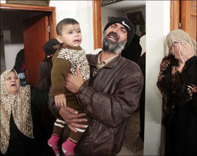 هذا الرجل الذي فقد بناته الخمس لم يقاتل إسرائيل كي يتعرض منزله للقصف