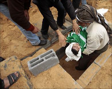 الطفلة دينا بعلوشة قتلت مع أخواتها الأربع في قصف استهدف منزل ذويها في بيت لاهيا شمال غزة