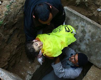 الطفلة هيا �مدان (4 سنوات) توارى الثرى بعد قصف إسرائيلي للعربة التي كانت تستقلها مع شقيقتها لما ذات التسعة أعوام