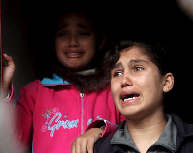 شقيقتا هيا ولما ودعاتهما بالدموع وال�يرة بأي ذنب قتلت شقيقتاهما