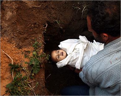 أما الطفل م�مد سموني فوالده يستعد لمواراته الثرى بعد أن انضم لقائمة طويلة من الأطفال الأبرياء الذين قتلوا دون ذنب جنوه