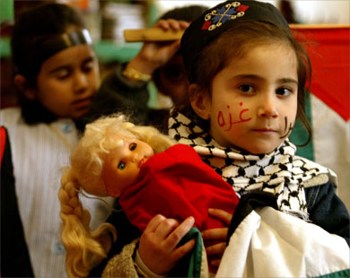 وهذه الطفلة الفلسطينية في مخيم عين ال�لوة تتعاطف بطريقتها مع أشقائها الذين استشهدوا أو فقدوا عائلاتهم في العدوان